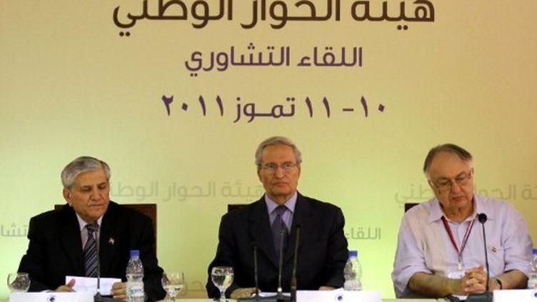 """Réunion pour le """"dialogue national"""" à Damas, en présence du vice-président Farouk al-Chareh (au centre), 10 juillet 2011 (AFP / Louai Beshara)"""