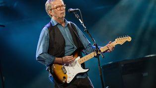 Le guitariste Eric Clapton lors d'un concert au Royal Albert Hall de Londres, au Royaume-Uni, le 14 mai 2015. (JUSTIN NG / NURPHOTO / AFP)