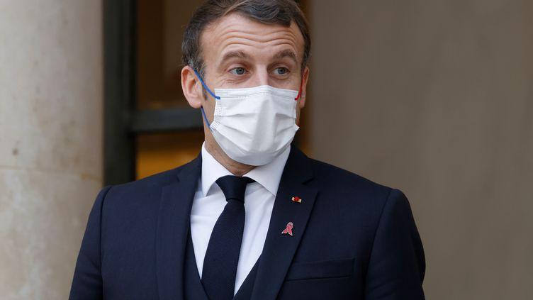 Emmanuel Macron devant le palais de l'Elysée, à Paris, le 1er décembre 2020. (THOMAS COEX / AFP)