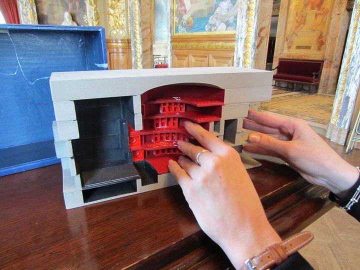 Le théâtre est reconstitué sous forme de maquette. (Théâtre national de l'Opéra-Comique de Paris.)