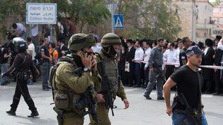 Les forces de sécurité israéliennes bouclent le site où un Palestinien a percuté un arrêt de bus et a poignardé une personne, àJérusalem, le 13 octobre 2015. (MENAHEM KAHANA / AFP)