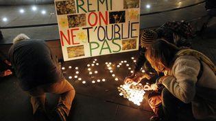 Des passants déposent des bougies à la mémoire de Rémi Fraisse, le 12 novembre 2014 à Paris. (MATTHIEU ALEXANDRE / AFP)