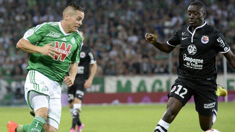 Romain Hamouma (Saint-Etienne) face à Dennis Appiah (Caen) (JEAN-PHILIPPE KSIAZEK / AFP)