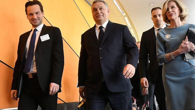 Le Premier ministre hongrois, Viktor Orban (au centre), arrive à l'assemblée politique du PPE, le 20 mars 2019 à Bruxelles. (EMMANUEL DUNAND / AFP)