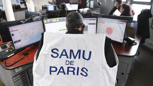 Un centre d'appel du Samu de Paris (illustration). (ALAIN JOCARD / AFP)