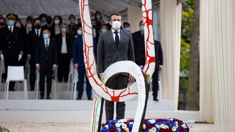 Le président français Emmanuel Macron dépose une gerbe lors d'une cérémonie pour marquer l'abolition de l'esclavage et rendre hommage aux victimes de la traite négrière, à Paris le 10 mai 2021. (IAN LANGSDON / AFP)
