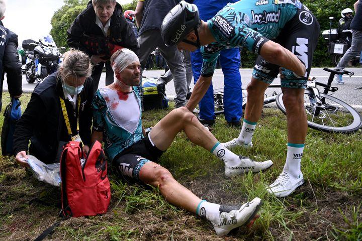 Bryan Coquard (à droite) prend des nouvelles de son coéquipier Cyril Lemoine lors de la 1re étape du Tour de France 2021. (ANNE-CHRISTINE POUJOULAT / AFP)