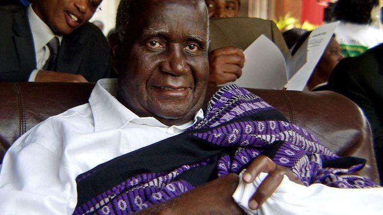 L'ancien président de la Zambie, Kenneth Kaunda, assiste au 40e anniversaire de l'indépendance à Lusaka, le 24 octobre 2004, après que le gouvernement a présenté des excuses publiques pour l'avoir arrêté et emprisonné sur de fausses accusations en 1997. (SALIM HENRY / REUTERS)