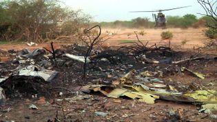 Photo de la zone du crash dans la région de Gossi, au Mali, le 25 juillet 2014, prise au sol par l'Établissement de communication et de production audiovisuelle de la Défense. (ECPAD / AFP)