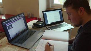 En France, au moins 45 000 élèves n'ont plus école. 150 établissements sont fermés. Dans le Morbihan, l'un des départements les plus touchés par le Covid-19, des milliers d'élèves ne peuvent plus se rendre en cours. France 3 a rencontré deux lycéens d'Auray (Morbihan) qui travaillent à distance. (France 3)