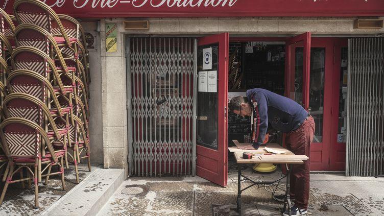 Un restaurateur prépare la réouverture de son établissement à Montpellier (Hérault), le 11 mai 2021. (IDRISS BIGOU-GILLES / HANS LUCAS / AFP)