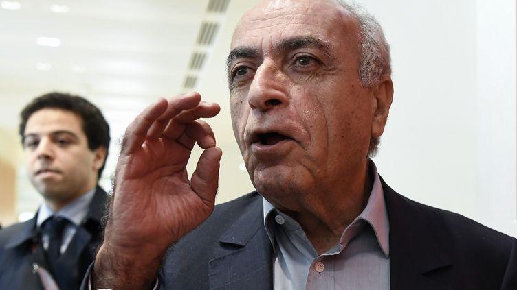 L'homme d'affaires franco-libanais Ziad Takieddine s'adresse à la presse le 7 octobre 2019, au palais de justice de Paris. (BERTRAND GUAY / AFP)