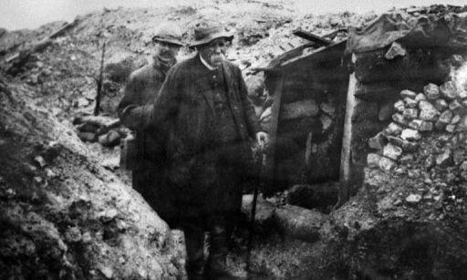 Georges Clémenceau en visite dans une tranchée quelque part sur le front en décembre 1917. (AFP - STR)