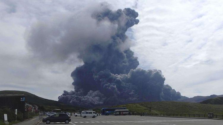 Une colonne de fumée noire monte du mont Aso sur l'île japonaise de Kyushu le 14 septembre 2015. (photo publiée par le Musée Aso Volcano) (AP / SIPA )
