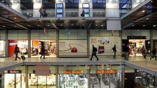 Des boutiques franchisées dans la galerie commerciale de la gare Saint-Lazare à Paris. (DST / MAXPPP)