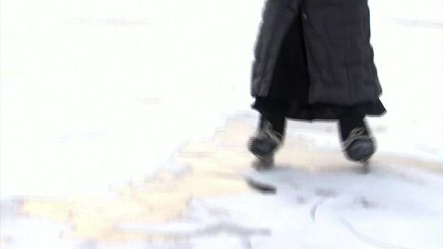 Russie : la vieille dame aux patins glisse sur le lac Baïkal