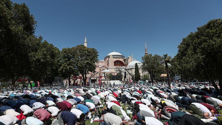La première prière musulmane collective organisée devant la mosquée Sainte-Sophie depuis sa reconversion, à Istanbul (Turquie), le vendredi 24 juillet 2020. (SEDAT SUNA / MAXPPP)