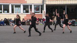 Les danseurs du Ballet Preljocaj donnent plusieurs représentations dans des collèges et lycées de Reims. (FRANCE 3)