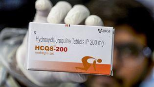 Une boite de comprimés d'hydroxychloroquine. Photo d'illustration. (NOAH SEELAM / AFP)