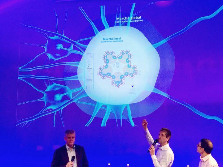 Thibaud Brière (bras levé) et Emmanuel Hervé (à gauche) lors d'une présentation en décembre 2016. (Capture d'écran Twitter @WLGaz)