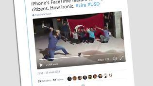 Sur les réseaux sociaux, plusieurs internautes turques se filment en train de détruire leur iPhone. (CAPTURE D'ÉCRAN / TWITTER)
