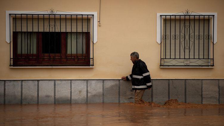 Un homme circulant dans les rues inondées deBobadilla près de Malaga (Espagne), vendredi 28 septembre. (JORGE GUERRERO / AFP)