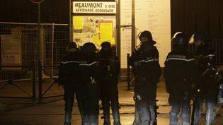 Des gendarmes en faction dans le quartier de Boyenval, à Beaumont-sur-Oise (Val-d'Oise), dans la nuit de mercredi à jeudi 24 novembre 2016. (GEOFFROY VAN DER HASSELT / AFP)