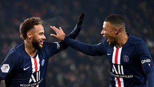 Neymar et Mbappe célébrant un but le 4 décembre 2019 lors du match contre le FC Nantes. (FRANCK FIFE / AFP)