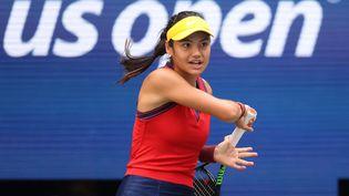 La Britannique Emma Raducanu, seulement 18 ans et déjà qualifiée pour les quarts de finale de l'US Open, le 6 septembre. (MATTHEW STOCKMAN / GETTY IMAGES / AFP)