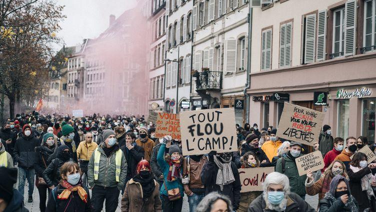 """Des manifestations contre la proposition de loi sur la """"sécurité globale"""" à Strasbourg (Bas-Rhin), samedi 5 décembre 2020. (MATHIAS ZWICK / HANS LUCAS / AFP)"""