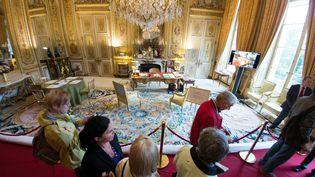 Le bureau de François Hollande à l'Elysée, à Paris, visité lors des Journées du patrimoine, le 14 septembre 2013. (LIONEL BONAVENTURE / AFP)