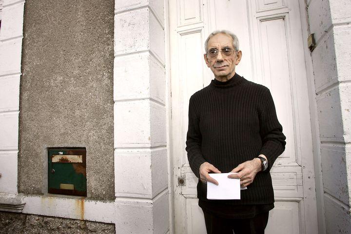 Lucien Léger répond aux questions des journalistes après sa libération, le 3 octobre 2005, à Landas (Nord). Il était considéré alors comme le plus ancien prisonnier de France. (PHILIPPE HUGUEN / AFP)