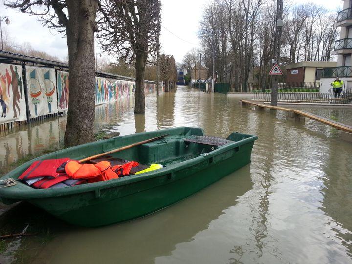 Les secours sont équipés de barque pour évoluer dans les rues inondées. (ALEXANDRE ABERGEL / RADIOFRANCE)