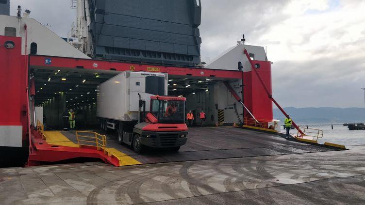 De la marchandiseestdéchargée au port d'Ajaccio en Crose,le 28 avril 2020. (ERIC AUDRA / RADIO FRANCE)