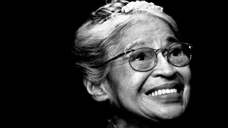 Pour sa série Les battantes, le 13 Heures dressele portrait de Rosa Parks, une afro-américaine dont le nom est devenu le symbole de la lutte pour l'égalité. (FRANCE 2)