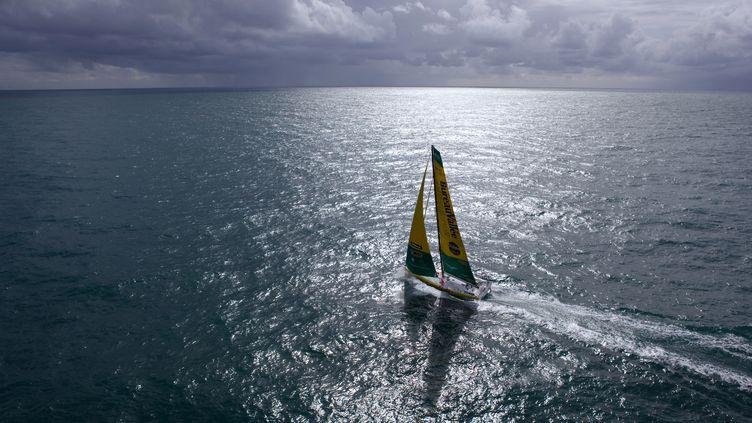 """Le skipper français Louis Burton sur son bateau """"Bureau Vallée"""" à l'entraînement avant le Vendée Globe, le 25 septembre 2012, à Saint Malo (Ille-et-Vilaine). (JEAN-MARIE LIOT / DPPI / AFP)"""