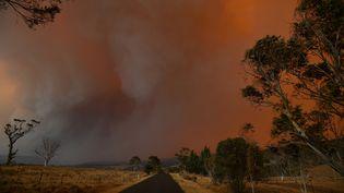 Incendie àBraemar Bay, en Nouvelle-Galles du Sud, le 4 janvier 2020.Des dizaines de milliers d'Australiens ont évacué leur domicile pour fuir les feux de forêt qui frappe tout le sud-est du pays et qui sont aggravés par des conditions météorologiques catastrophiques. (SAEED KHAN / AFP)