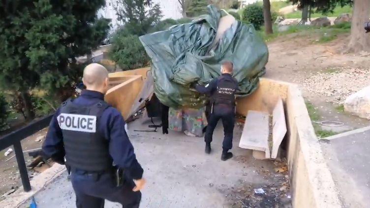 """Capture d'écran d'une vidéo de la Police nationale 13 montrant le démantèlement d'une cabane""""repère de dealer"""", le 18 décembre 2019 à Marseille. (POLICE NATIONALE 13)"""