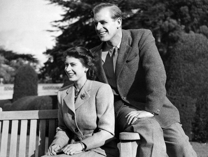 Le prince Philip et la future reine Elizabeyth II le 25 novembre 1947 lors de leur lune de miel dans le Hampshire. (AFP)