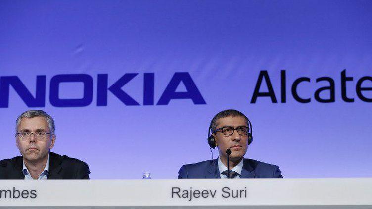 Les patrons d'Alcatel-Lucent et de Nokia à Paris, lors de l'annonce de l'accord entre les deux groupes (15 avril 2015). (THOMAS SAMSON / AFP)