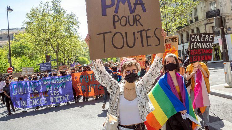 Manifestation pour la visibilite des lesbiennes et la PMA pour toutes à Paris, le 25 avril 2021. (BRUNO LEVESQUE / MAXPPP)