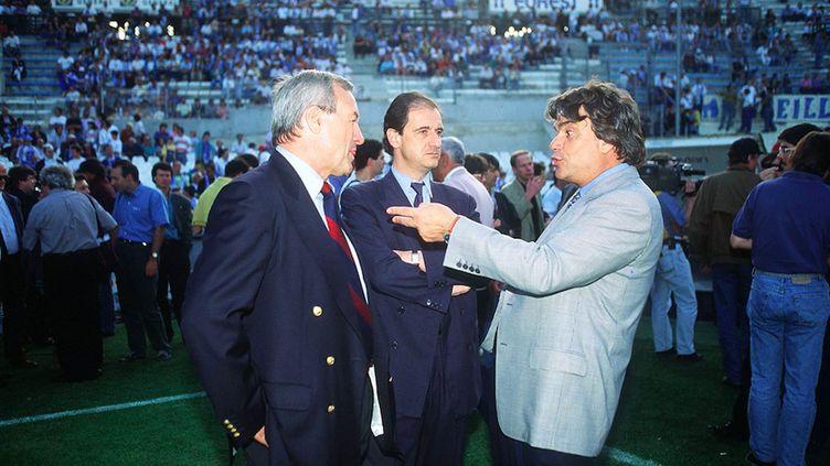 Bernard Brochand, président de l'association PSG, Pierre Lescure, co-fondateur de Canal+ et Bernard Tapie, président de l'OM, discutent en 1993 au stade Vélodrome. (COLIN MAX/ SIPA)