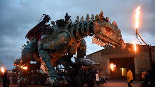 """Les acteurs de la compagnie """"La Machine"""" s'entraînent le 25 octobre 2019, à une semaine du coup d'envoi du spectacle """"Le Dragon de Calais"""". (FRANCOIS LO PRESTI / AFP)"""
