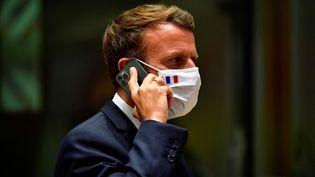 Emmanuel Macron au téléphone pendant le sommet de l'Union européenne à Bruxelles en juillet 2020. (JOHN THYS / POOL)