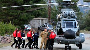 Le corps d'un randonneur tué par une coulée de boue est rapatrié par les secours, près d'Asco (Haute-Corse), le 10 juin 2015. (PASCAL POCHARD CASABIANCA / AFP)