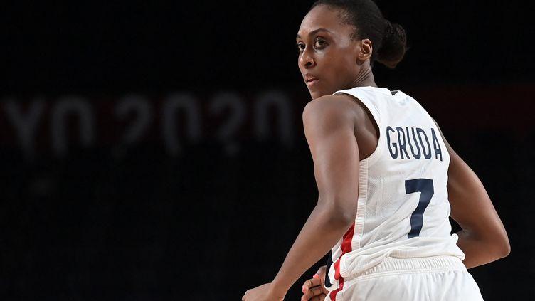 Sandrine Gruda avec l'équipe de France de basket, le 30 juillet 2021 contre le Nigeria. (ARIS MESSINIS / AFP)