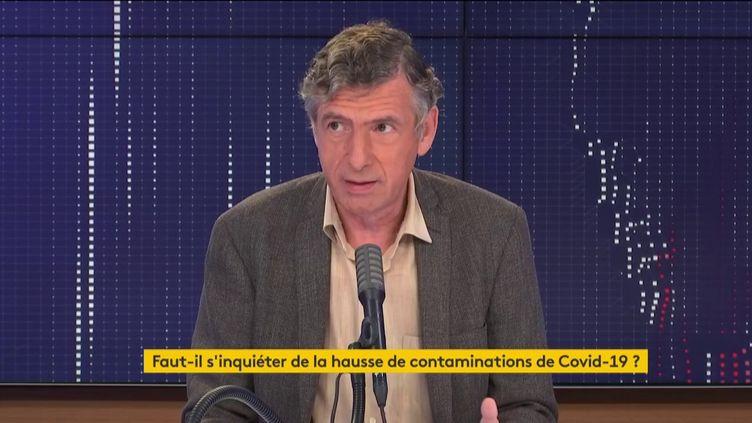 Le professeur Eric Caumes, chef du service des maladies infectieuses et tropicales à l'hôpital de la Pitié-Salpêtrière, était l'invité de franceinfo jeudi 13 août 2020. (FRANCEINFO / RADIOFRANCE)