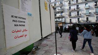 Panneau électoral dans une rue d'Alger le 17 novembre 2019. Délaissés par les candidats, ils sont devenus le support de la contestation. (RAMZI BOUDINA / Reuters)