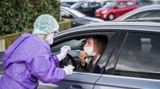 Test du coronavirus réalisé sur une automobiliste à Gross-Gerau en Allemagne. Photo d'illustration. (TORSTEN SILZ / AFP)