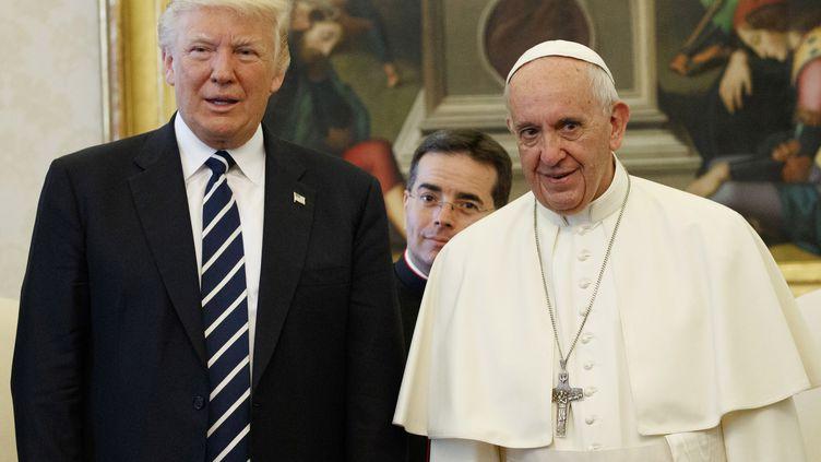 Le président des Etats-Unis, Donald Trump (à gauche), et le pape François au Vatican, le 24 mai 2017. (POOL NEW / REUTERS)